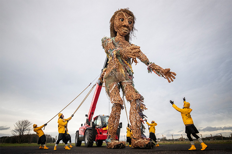 3)	Puppeteers from Vision Mechanic rehears with Scotland's largest puppet